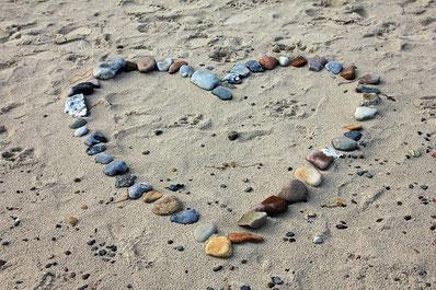 Herz aus Steinen im Sand / Rosacea, Stress und Entspannung, EMDR, Trauma-Therapie, PTBS, Rosacea, Neurodermitis, Psoriasis, Psychotherapie