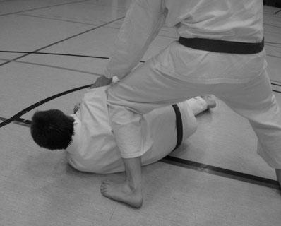 Karatetechniken in der Anwendung - im Idealfall enden sie für den Gegner am Boden