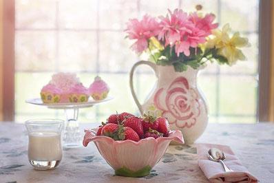 お皿に盛られたシュガードーナッツとコーヒー。ちょっとひとやすみ。