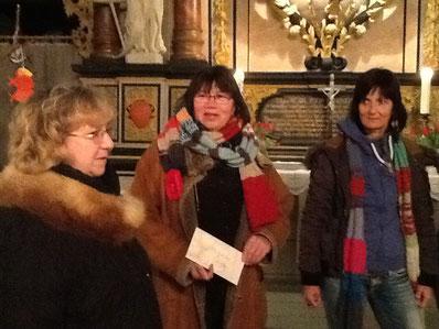 Annette Thode-Flicek und Kertsin Böge nahmen die Spende der Donner Landfrauen entgegen