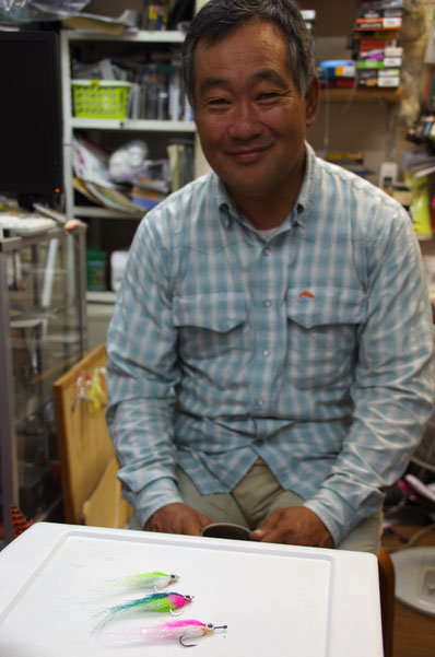 神戸・元町のフライショップ「ユーズリバー」さんにも納品に。必殺のソルトフライ「エンジェルベイト」を前に微笑む店主の歌川さん。小誌00号に御登場いただきました。その節はありがとうございました、またお願いします!