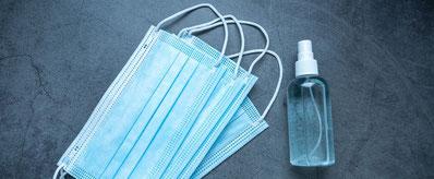 コロナ対策マスクとエタノール消毒液