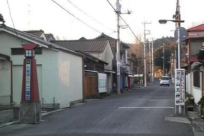 安崎際物店前信号を右折すると八鶴湖入り口の看板(直進)