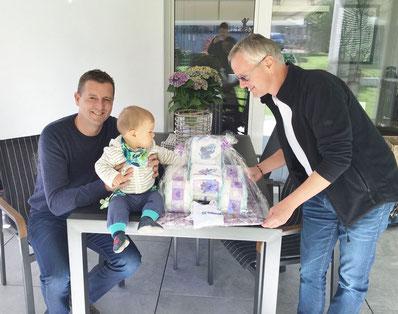 """Weißer-Tragen in Liechtenstein: Fabian, Sohn von Marion und SV-Kassier Franz, freute sich über ein Geschenk aus der Heimat """"made by Hilde"""" ..."""