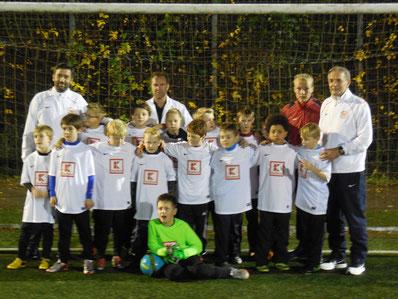 Unsere E1 in den gewonnenen Trikots mit Trainer Aaron Breilmann und den drei Ex-Bundesligaprofis von Eintracht Frankfurt