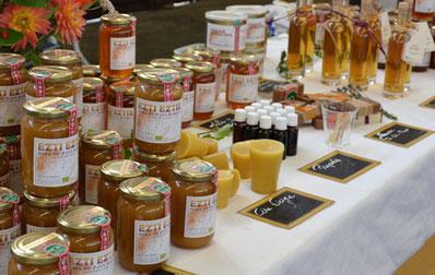 Table de présentation des pots de miels et de produits issue de la ruche