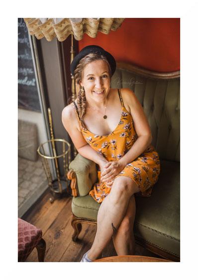 Ganzkörper Portrait, gelbes Sommerkleid, Hut, lächelnd, freundliches Gesicht, geflochtener Zopf, Schauspielerin