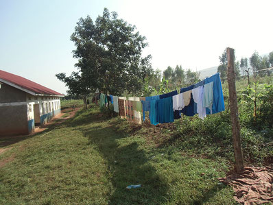 Wäsche trocknen neben dem Bubenschlafsaal. (zum Vergrößern bitte auf das Bild klicken)