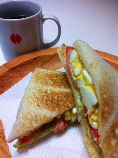 哲平に『ドトールのサンドイッチを作って!』と言われ、、奥さんが頑張ってみた。 カットが違うだけで味は同じでした♪ 美味しかったです。