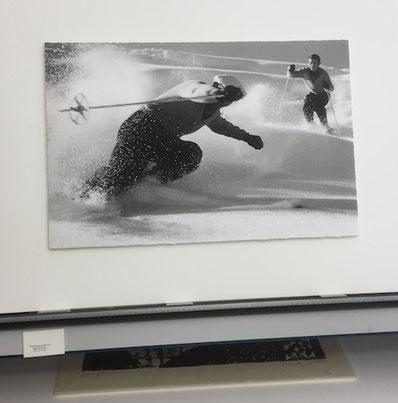 Foto: Skifahrer im Pulverschnee. Schwebende Montage