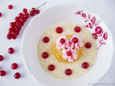 Cupcake auf Griesbrei mit Quarkcreme und Johannisbeeren