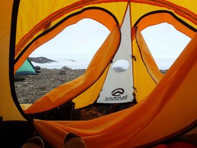 氷河予察キャンプでの「方丈」。狭くて不便なことも多いが、  「窓」を開ければ氷河が見える絶景の一軒屋でもある.