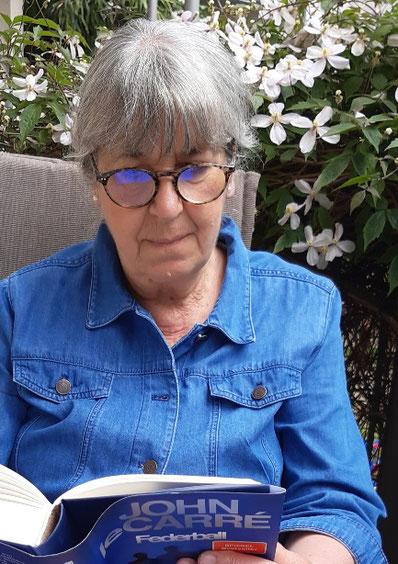 Birgit Höder var skolelærer og elskede sit arbejde. Og at klippe og klistre har altid været en stor fornøjelse for hende. Birgit har fået danskundervisning af mig (nu via skype) siden januar 2020