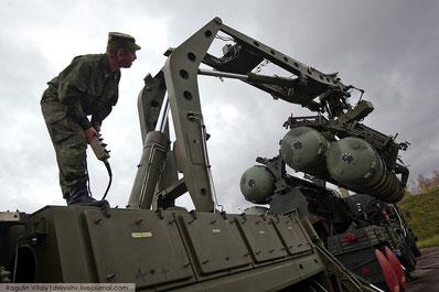 Установка пусковых контейнеров с ракетами на ТПУ