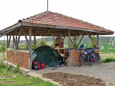 Wir dürfen unser Zelt im Grillhaus aufstellen.