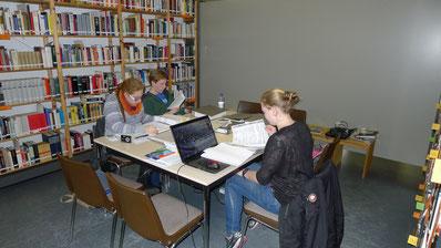 Schülerinnen und Schüler bei der Recherche in der Bibliothek. Foto: A. Ehresmann, 5.1.2015