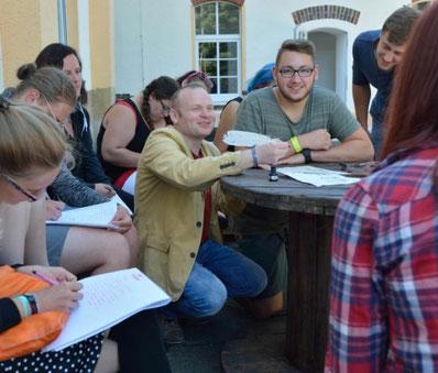 Dozent Ronny Ritze (Mitte) hat angehenden Erziehern an der Euro Akademie in Rochlitz vermittelt, wie sie Kinder und Jugendliche in problematischen Situationen zum Schreiben animieren können.  Foto: Mario Hösel