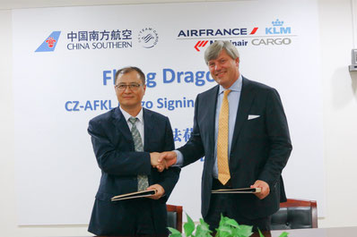 Zhao Fengsheng (left) and Marcel de Nooijer deepen the ties between their carriers