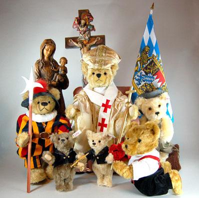 © Dr. Ursula Fellberg; Papst Benedikt zum 90. Geburtstag; Teddybären aus der Sammlung Fellberg