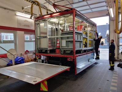 Rollcontainer auf der Ladefläche des neuen Gerätewagen