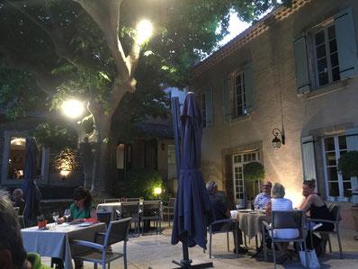 """Innenhof des Restaurant """"Le Pré du Moulin"""" in Sérignan-du-Comtat"""