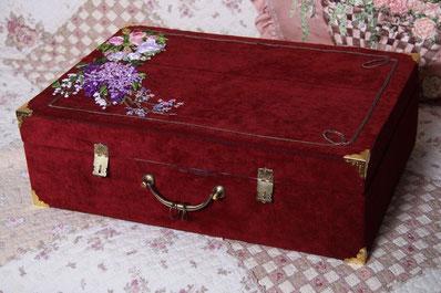 Вышивка лентами использована для украшения чемоданчика ручной работы.вышивка лентами