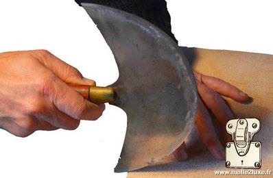 couper du cuir sur malle ancienne goyard