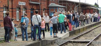 Viele Menschen trieb es zu den Quarzwerken, der Pendelverkehr war sehr beliebt