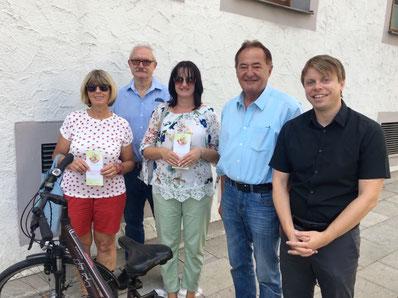 Die Stadträte Jakob Bierschneider (2. von links) und Bernhard Lehmeier (4. von links) sowie Christian Eisner von aktives Neumarkt e.V. (rechts) gratulieren stellvertretend für alle Gewinner Beate Segerer und Manuela Kollmann zu ihrem Gewinn