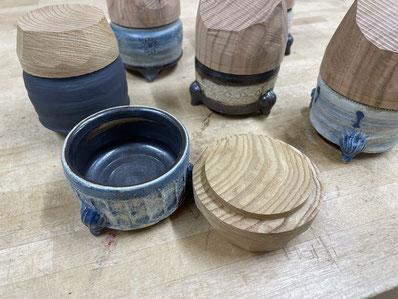 本体に合わせて加工した蓋。FUTAMONO-YA、陶芸家森下真吾と家具工房ZEROSSOの木工作家清水泰とのコラボレーションブランド。