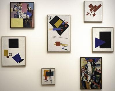 Bild: Bilder von Kazimir Malevitsch,um 1915,  unkonventionelle Hängung im Stedelijk Museum Amsterdam