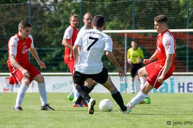 Fitim Braha gegen die Defensivabteilung des SC Waldgirmes II am Ball