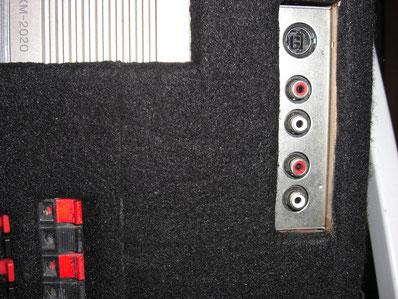 Detailansicht mit Sony XA-107 Unilink Adapter: oben Wechsler, unter AUX-In für MP3-Player