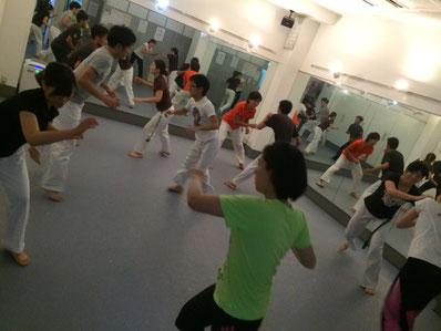社会人が仕事帰りに汗を流す火曜新宿区高田馬場カポエイラ