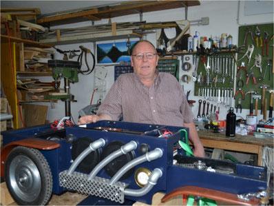 Puppenspieler Tobias Loosli nutzte die Corona-Zeit für Arbeiten an seinem Zauberwagen. Bild: zvg