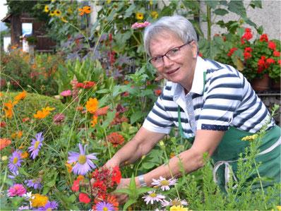 Liebt ihren Garten: Vreni Hartmann aus Gossau. Bild: Martina Gradmann