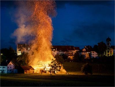 Viele meinten, das Grüninger Stedtli brenne: Scheunenbrand von Ende Mai 2020. Bild: Christian Merz