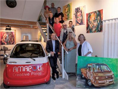 Bereit für die Ausstellung: 10 von 12 Kunstschaffenden und der Repräsentant der Gemeinde Gossau ZH, Jörg Kündig. Bild: Rolf Zitt