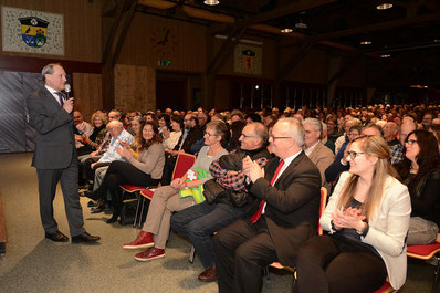 Gemeindepräsident Jörg Kündig bei seiner Ansprache. Bild: zueriost.ch