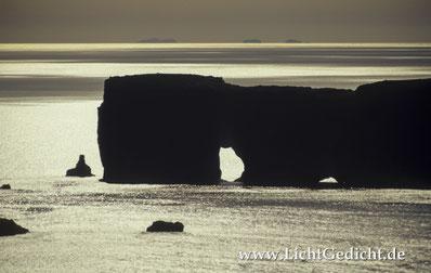 Bild 19: Felsentor Dyrholaey (Island, Südküste), Nikon F 100, Nikkor 2.8/80-200mm, Kodak Elite Chrome 100 Extra Colour