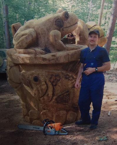 Zehn Jahre alt ist der sechs Tonnen schwere Frosch auf dem Brunnen. Diese Skulptur aus Eichenholz hat Olaf Jensen vor zehn Jahres angefertigt, sie steht am Teich in Magdeburgerforth.