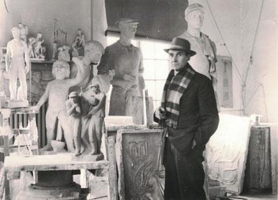 Der Bildhauer Robert Propf in seinem Atelier im Schloss Köthen. Fotografie von 1960/61. Fotograf: unbekannt