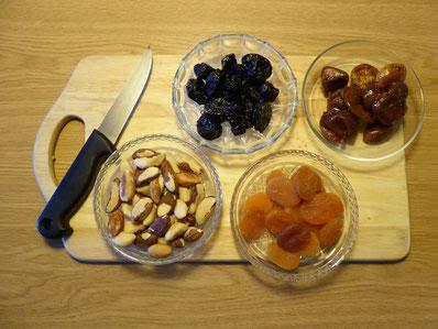 Trockenfrüchte und Nüsse für Energiekugeln