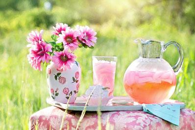 Sirup Saft Blüten rosa Tablett Sommer