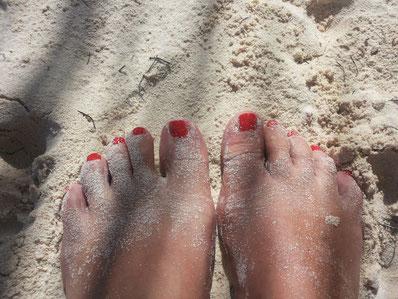 Füße Sand Lack rot