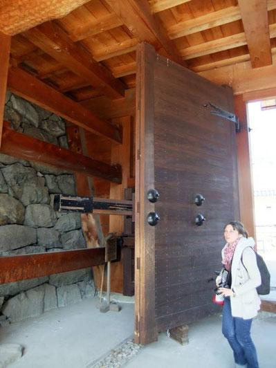 A l'interieur de la porte... intérieure (ou principale) du Taikō-Mon