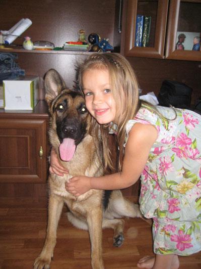 Дочка Дашенька, с  любимицей семьи, немецкой овчаркой Ярой