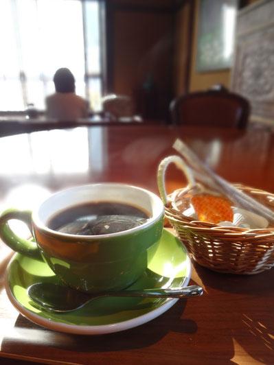 グリーンのカップがこげ茶の空間によく映えます。白・オレンジが一緒に入るのもいいですね・・・【狸穴(マミアナ)Cafe】(北鎌倉)