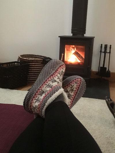 Kuschelige Pantoffeln und ein warmes Feuer in Baillie Scott Cottage
