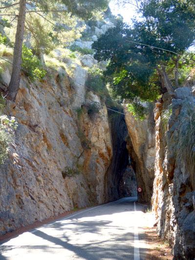 Enges Felsentor auf dem Weg nach Sa Calobra